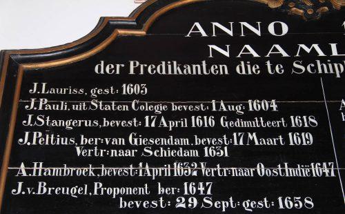 Deel van het predikantenbord van Schipluiden met als vijfde de naam Hambrouck. Foto auteur.