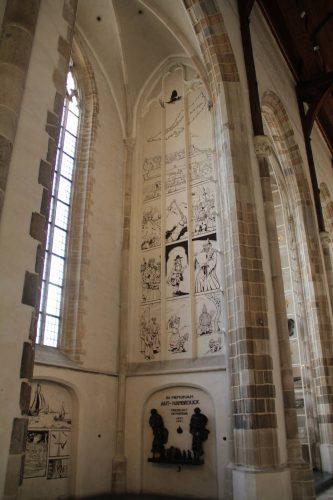 Beeldverhaal op een dichtgezet venster van de Sint Laurenskerk te Rotterdam met het leven en de dood van dominee Hambrouck. Foto auteur.